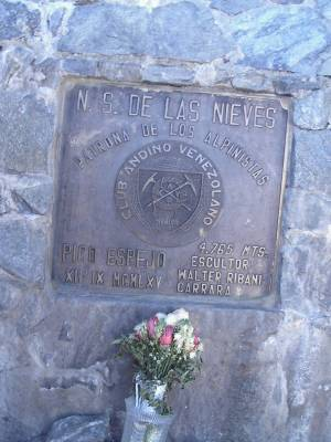 placa de la estatuta Virgen de las Nieves