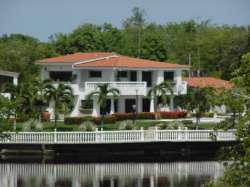 Casa al lado de los canales