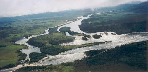 Vista aerea salto el sapo en Canaima