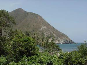 Vista de la playa desde el camino al pueblo