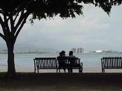 Pareja romántica mirando al mar