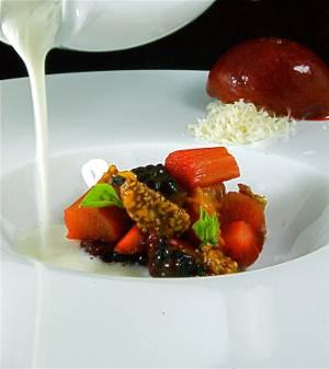 Sopa helada de yogur con vainilla y miel, frutas rojas marinadas, tomate de árbol y su sorbete, ruibarbo confitado, albahaca y nugatine de almendras
