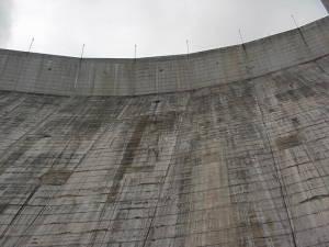 La presa vista de abajo hacia arriba