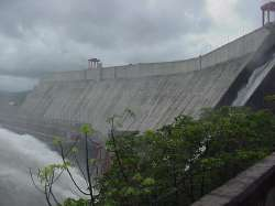 Vista lateral de la presa de concreto