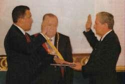 Juramento de Chávez en su toma de posesión, frente a Caldera