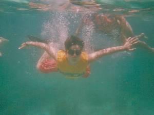 Niño bajo el agua