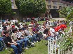 Grupo de niños en una visita preparatoria para su primera comunión