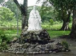 Monumento a la virgen en el lugar de la primera aparición