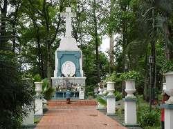 """Monumento a la entrada del parque, en """"La quebrada"""""""