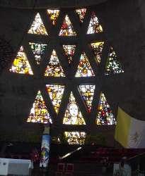Vitral detrás del altar